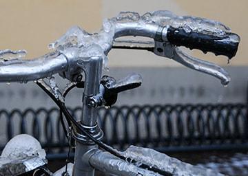 Lenkerstange eines Fahrrades, auf der sich Eis befindet