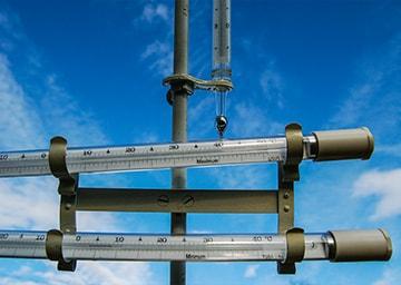 Ein Thermometer zeigt über 40 Grad Celsisus