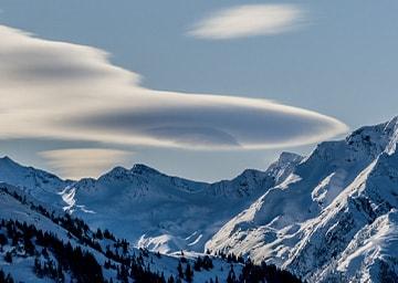 Berglandschaft mit blauem Himmel und Wolken im Hintergrund