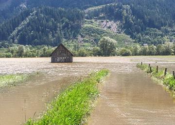 Überflutete Ebene mit einer Holzhütte