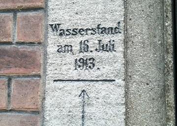 Markierung an der Mauer, die den Wasserstand zeigt