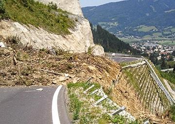 Eine Mure, die eine Bergstraße verschüttet hat