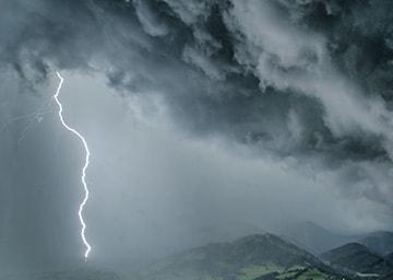 Blitz aus einer Gewitterwolke