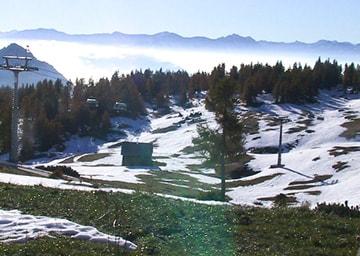 Schneebedeckte Berglandschaft im Sommer