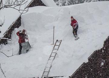 Meterhoher Schnee auf Dach
