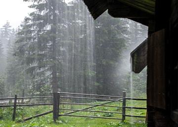 Blick aus einer Hütte. Es schüttet.