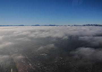 Nebeldecke über einer Stadt