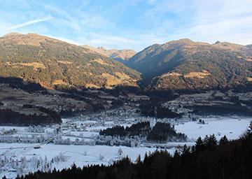 Berge ohne Schnee, Tal ist leicht schneebdeckt