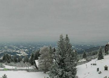 Winter und Nebel im Sommer auf dem Berg
