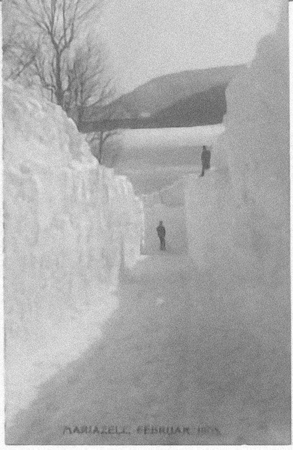 Weg zwischen zwei meterhohen Schnewänden