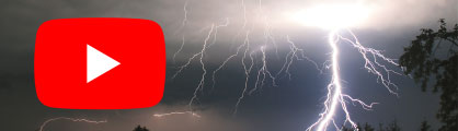 YouTube-Logo vor einer Gewitterzelle